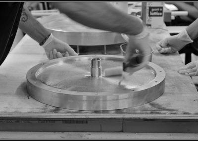 Laminazione delle ruote di Taurus del Team Policumbent: stampo lavorato al CNC e struttura a sandwich con carbonio esterno e PVC al centro.