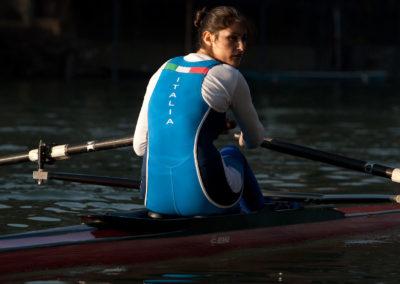 Imbarcazione da gara per vogatore, per canottaggio. Modello FLUIDO di Marcello Renna, vogatorice Caterina Tipanu.